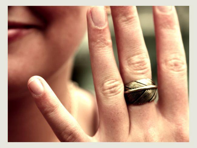 Кільце на середньому пальці.