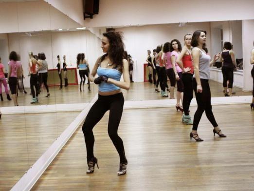 Як танцює дівчина?