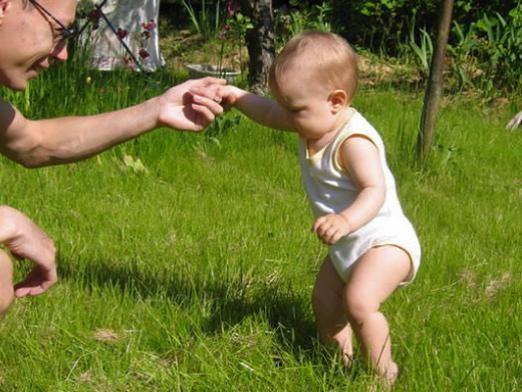 Коли дитина починає ходити?