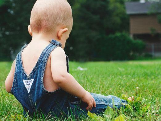 Коли дитина починає сидіти?